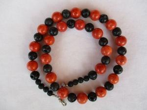 Halskette aus Schaumkoralle und Lava - Handarbeit kaufen
