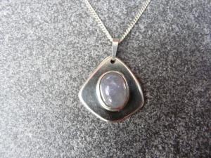 Silberkette mit einem Silberanhänger mit einem Iolith - Handarbeit kaufen