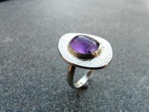 Handgefertigter Silberring mit einem ca. 11x9 mm großen Amethyst mit einem Freischliff - Handarbeit kaufen