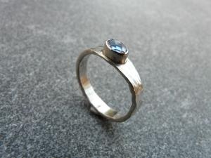 Handgeschmiedeter Silberring mit einem 6x4 mm großen facettierten Iolith - Handarbeit kaufen