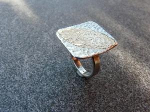 Handgefertigter Silberring mit einer ovalen Goldauflage - Handarbeit kaufen