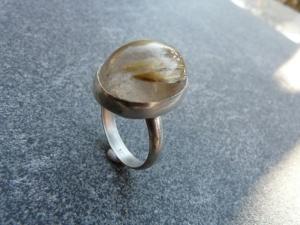 Handgefertigter Silberring mit einem 20x15 mm großen Rutilquarz mit goldfarbenen Rutilnadeln - Handarbeit kaufen