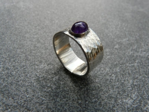 Ring aus Silber 925 mit einem 7x5 mm großen Amethyst mit einem Freischliff - Handarbeit kaufen