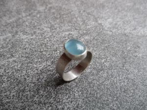 Handgefertigter Ring aus Silber 925 mit einem 10x7 mm großen blauen Apatit