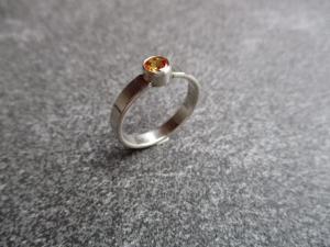 Handgefertigter Ring aus 925 Silber mit einem 5mm facetierten synth. Saphir - Handarbeit kaufen