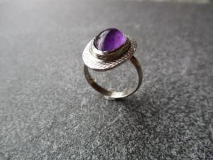 Handgefertigter Ring aus Silber 925 mit einem 15x10 mm großen Amethyst mit einem Freischliff - Handarbeit kaufen