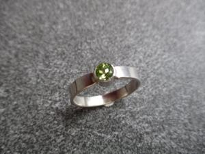 Handgefertigter Ring aus 925 Silber mit einem 5mm facettierten Peridot. - Handarbeit kaufen