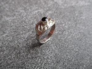 Handgeschmiedeter Ring aus 925 Silber mit einem facettierten dunkelgrünen 4mm Turmalin - Handarbeit kaufen