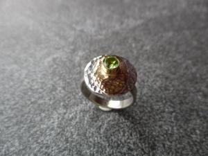 Handgefertigter Ring aus 925 Silber mit einer Ovalen Goldauflage und einem 5mm Peridot in einer Goldfassung. - Handarbeit kaufen