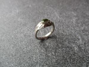 Handgearbeiteter Ring aus 925 Silber mit einem 6x4 mm oval facetierter Peridot. - Handarbeit kaufen