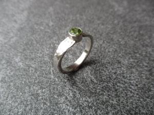 Handgeschmiedeter Ring aus Silber 925 mit einem 5 mm großen rund facettierten Peridot  - Handarbeit kaufen
