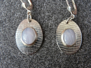 Ohrhänger aus 925 Silber in ovaler Form mit 10x8 mm Chalzedon Steinen  - Handarbeit kaufen