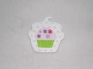 Cupcake mit Blüten in weiß, Stickapplikation zum Aufbügeln                    - Handarbeit kaufen