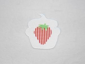Cupcake Erdbeere mit Streifen in weiß, Stickapplikation zum Aufbügeln               - Handarbeit kaufen