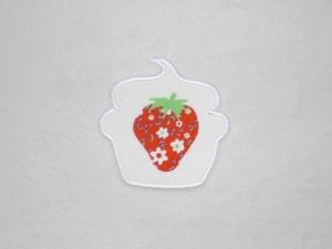 Cupcake Erdbeere mit Blüten in weiß, Stickapplikation zum Aufbügeln                - Handarbeit kaufen