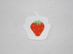 Cupcake Erdbeere mit Pünktchen in weiß, Stickapplikation zum Aufbügeln                 - Handarbeit kaufen