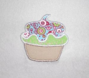 Cupcake mit hellblauer Haube, Nr.3, Stickapplikation zum Aufbügeln                     - Handarbeit kaufen