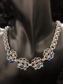 Frauen Halskette mit Helm-Daisys aus Edelstahlringen und kleinen Glasperlen
