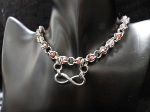 Halskette aus Edelstahlringen mit Anhänger der Unendlichkeit und Kunstperlen