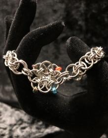 Armband aus Edelstahl verziert mit kleinen Glasperlen - Helmmuster mit einer Helm-Daisy