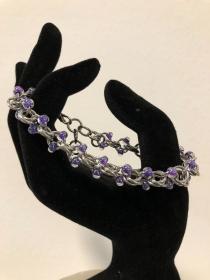 Ein Traumarband für Frauen - Chainmail mit violetten Glasperlen