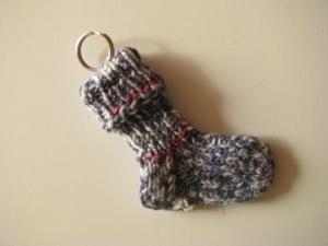 Schlüsselanhänger Söckchen aus Sockenwolle - Handarbeit kaufen