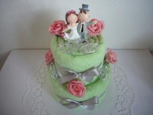 Hochzeitsgeschenke Herzen Hochzeit rosa Rosen grüne Handtuchtorte