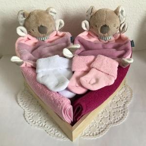 Windeltorte Zwillinge Mädchen Geschenk Geburt Taufe Herz Koala Schmusetuch rosa flieder cranberry - Handarbeit kaufen