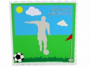 Grußkarte, Glückwunschkarte Fußball Sport mit Fußballer, Ball, Rasen und Himmel, ca. 15 x 15 cm - Handarbeit kaufen