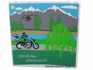 Grußkarte für Motorradfahrer, Geburtstagskarte Motorrad, Biker Karte, Berge, Bäume, See, Helm und Handschuhe, die Karte ist ca. 15 x 15 cm  - Handarbeit kaufen