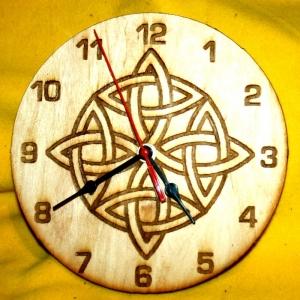 Zifferblattmit Celtic-Motiv Nr4 aus Holz mit Laser - Brandmalerei Durchmesser 195mm - Handarbeit kaufen
