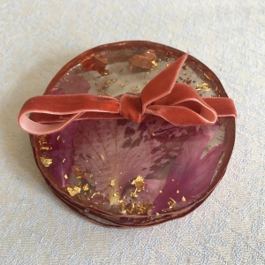Untersetzer aus Resin mit getrocknetem Hibiskus, Nelken, einem Herz, Blattgold und kupferfarbenem handbemalten Rand - Handarbeit kaufen