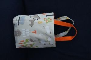 Kleine Stofftasche in beige mit Tiermotive zum wenden Innenseite orange mit Bodenfalte