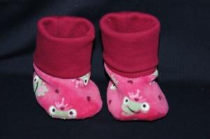 Süße kleine Babyschuhe Nickistoff, pink mit Frösche und Herzchen zum wenden, Innenseite rosa