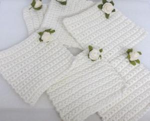Handgehäkelte Untersetzer im Sechser-Set gehäkelt aus Baumwolle in Wollweiß in quadratischer Form mit einem kleinen Röschen kaufen