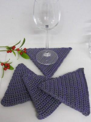 Glasuntersetzer handgehäkelt aus Baumwolle in dreieckiger Form in Lila Grau meliert kaufen