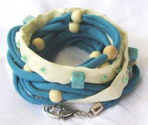 Handgemachtes Wickelarmband ♡ entworfen und gefertigt aus Baumwolljersey in Türkis und Beige mit verschiedenen Perlen kaufen - Handarbeit kaufen