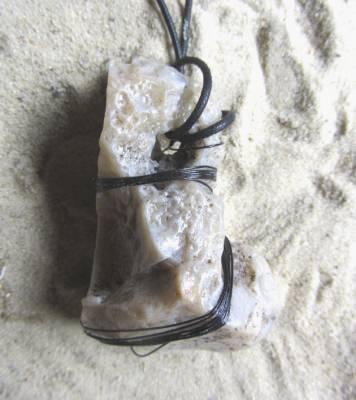 Kettenanhänger aus einem mit schwarzem Schmuckdraht eingefassten Stein kaufen
