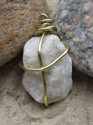 Kettenanhänger handgemacht aus einem mit goldfarbigem Aluminiumdraht eingefassten Stein kaufen