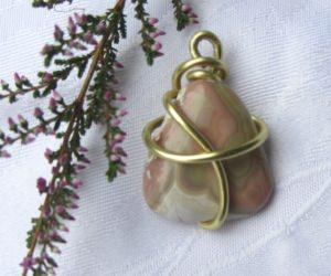 Wunderschöner Stein eingefasst in goldfarbigem Auluminiumdraht als Kettenanhänger Anhänger kaufen - Handarbeit kaufen