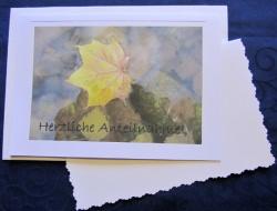 Beileidskarte Ahornblatt auf Wasser fotografiert und gedruckt auf Fotopapier mit dem Schriftzug Herzliche Anteilnahme