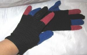 Handschuhe handgehäkelt aus Baumwolle in Schwarz Blau und Rot kaufen