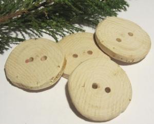 Handgefertigte Knöpfe im Viererset aus Wacholderholz in rustikaler Optik unbehandelt kaufen - Handarbeit kaufen