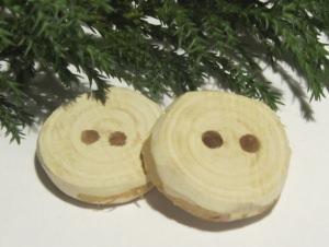 Handgefertigte Knöpfe im Zweierset Durchmesser 26 - 27 mm aus Wacholderholz in rustikaler Optik unbehandelt kaufen - Handarbeit kaufen