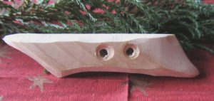 Knopf aus Fichtenholz handgemacht mit einer interessant geschwungenen Form kaufen