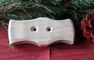 Handgefertigter Knopf Zierknopf aus Fichtenholz mit einer interessant geschwungenen Form kaufen - Handarbeit kaufen