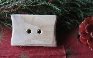 Knopf aus Fichtenholz handgefertigt mit einer interessanten Form unbehandelt kaufen