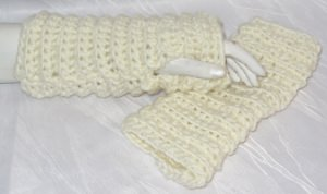 Handgehäkelte Armstulpen ♥ Damen gehäkelt aus Wolle in Wollweiß mit eingearbeiteten Daumenlöchern kaufen - Handarbeit kaufen