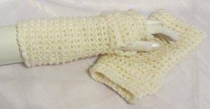 Armstulpen handgehäkelt aus Wolle in Wollweiß mit einem eingearbeiteten Daumenlock kaufen