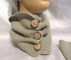 Schal mit handgefertigten Holzknöpfen handgehäkelt aus Baumwolle in der Farbe Leinen kaufen